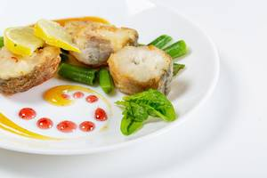 Fish slices with vegetables and mango sauce