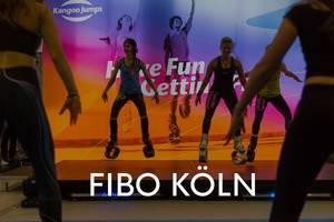 Fitnesstrainerin bei der Vorführung von Kangoo Jumps Springschuhen, für ein neues work-out, mit dem Bildtitel Fibo Köln