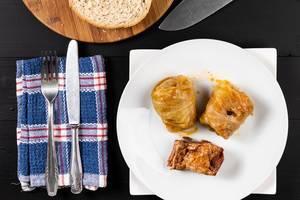 Flache Lage darüber serviertes Sarma mit Sauerkraut und Hackfleisch