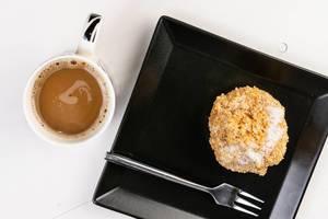 Flache Lage über Plum Dumpling und Kaffeetasse
