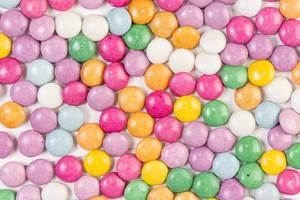 Flache Lage über runden bunten Schokoladenkerzen