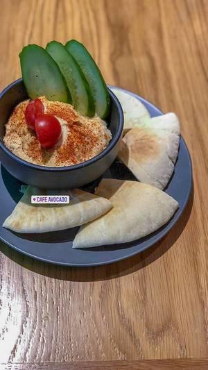 Fladenbrot und Gurken mit Dip beim Avocado Cafe