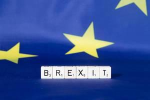 Flagge der Europäischen Union mit Text Brexit