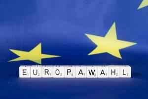 Flagge der Europäischen Union mit Text Europawahl