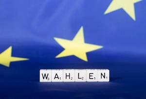 Flagge der Europäischen Union mit Text Wahlen