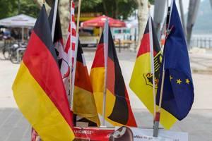 Flagge der Europäischen Union und unterschiedliche deutsche Flaggen