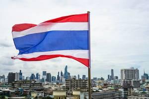 Flagge von Thailand mit der Skyline von Bangkok im Hintergrund