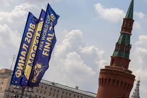 Flaggen der Fußball-Weltmeisterschaft 2018 mit einem Kreml-Turm im Hintergrund
