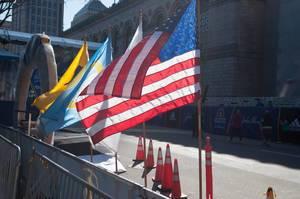 Flaggen im Gegenlicht in Boston, USA