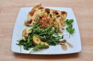 Flammkuchen mit Rucola-Salat