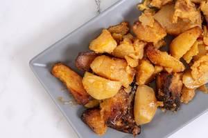 Flatlay von Bratkartoffeln auf einem Teller