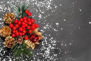 Flatlay von einer Weihnachtsdekoration mit Schneeflocken auf schwarzem Tisch