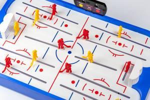 Flatlay von Hockey Tischspiel mit gelben und roten Plastik Hockey-Spieler