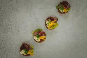 Fleisch-Canapé mit Salatblatt, Kresse und Mayonnaise - diagonale Draufsicht
