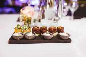 Fleisch und Rahm Gericht als Vorspeise auf einem Brett serviert Nahaufnahme