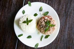 Fleisch und Reis garniert mit frischer Minze
