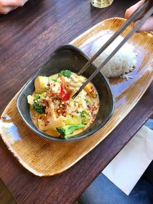 Fleischlos Mittagessen: Reis und veganes Gemüsecurry mit Brokkoli, Bambus, Sojasprossen, Kokosmilch und rotem Thai-Curry