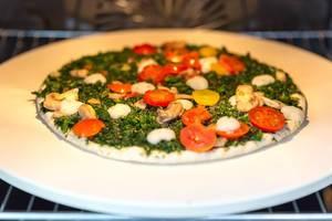 Fleischlose Pizza Verdura der Trattoria Alfredo für Veganer, mit Spinat, Pilzen und gelben Tomaten im Backofen auf dem Pizzastein von BBQ Premium