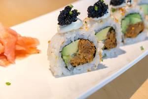 """Fleischloses Mittagessen für Veganer, mit dem Sushi """"Lucky No Fish"""", gefüllt mit veganem Thunfisch, veganem Kaviar-Ersatz, und Avocadostücke"""