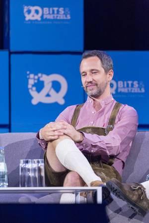 Florian Reuter - CEO von Volocopter sitzt mit verschränkten Beinen