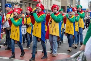 Flöte-Spielerinnen beim Rosenmontagszug - Kölner Karneval 2018