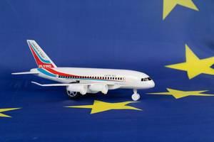 Flugzeug mit Schriftzug Happy Trip auf Flagge der Europäischen Union