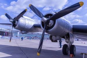 Flugzeugmotoren mit Propellern eines Transportflugzeugs