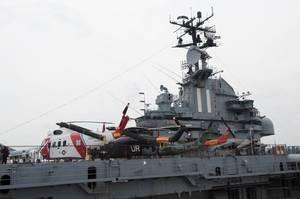 Flugzeugträger Intrepid mit ausgestellten Helikoptern in New York City, USA