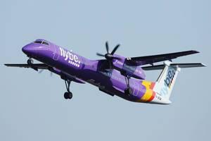 Flybe Flugzeug in der Luft fliegend vor blauem Himmel