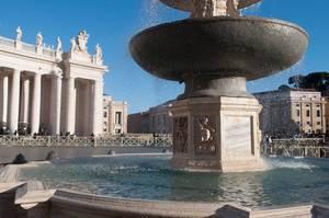 Fontäne vor dem Petersdom in Rom, Italien