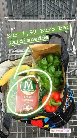 """Food-Blogger postet Instagrambild von gesunden Einkauf im Einkaufswagen und dem veganen Mandeleis """"Magnum vegan almond"""" von Aldi Süd"""
