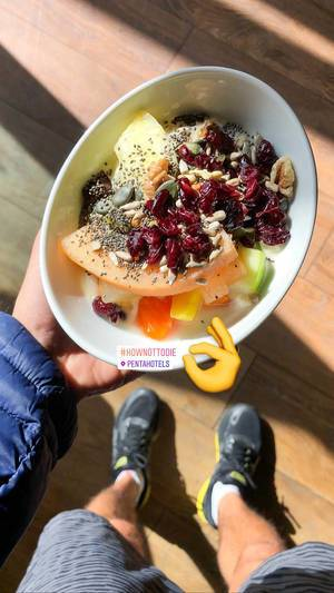 Foodblogger posts Instagram picture of healthy veggie meal by pentahotels, made of fruits, cherries and nut mix