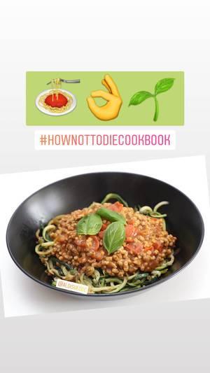Foodblooger postet ein Instagrambild mit Zoodles - Zucchini-Nudeln und veganer Sonnenblumenkern-Bolognese als ausgewogene Fleischalternative