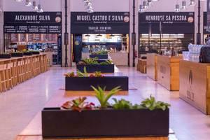 Foodstores und Pflanzen im Timeout Market in Lissabon