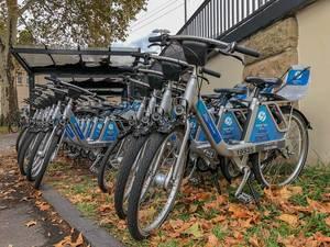 Ford Pass Bike - Fahrräder stehen zum mieten in einer Reihe