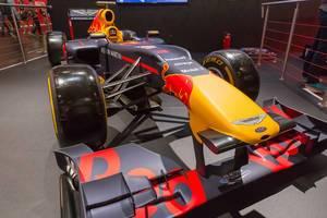 Formel 1 Rennwagen von Red Bull am Messestand von F1 2018