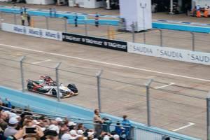 Formel E - Rennen in Berlin 2019 - Gesamtführer passiert die Fantribühne