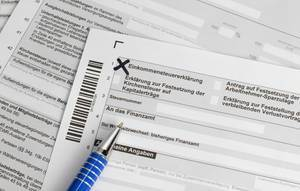 Formular Einkommensteuererklärung mit Kugelschreiber