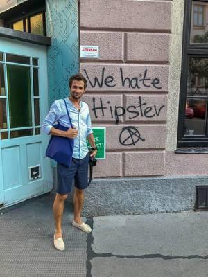 """Foto neben einem """"we hate hipster"""" Graffiti"""