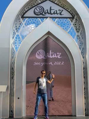 Foto vor einem Display für die Fußball-Weltmeisterschaft 2022 in Katar