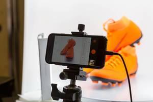 Fotografieren von orangen Nike Fussballschuhen gemacht mit Iphone am Stativ