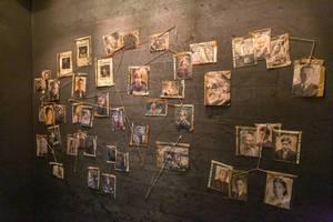 Fotos von drei Generationen in dem Bunker,  der Setnachbau der Netflix Original Serie