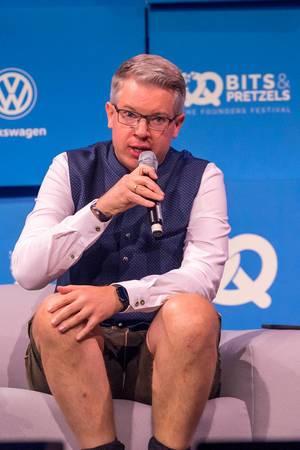 Frank Thelen in Tracht spricht auf der Bits & Pretzels