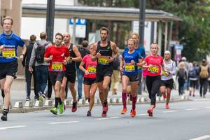 Frankfurter Marathon sportliche Athleten der ASICS Frontrunner