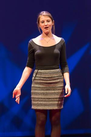 Frankie Dickens explaining the refugee situation at TEDxVenlo 2017