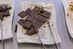 Frankonia - Helle Vegan Bio-Shokolade zum Probieren auf einem Teller