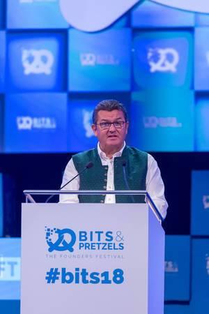 Franz Jospeh Pschierer am Podium auf dem Bits & Pretzels Festival in München