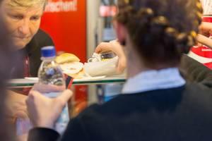 Frau bestellt Seelachssemmel - Oktoberfest 2017