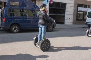 Frau fährt auf einem Segway - München