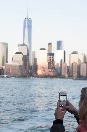 Frau fotografiert WTC Freedom Tower mit iPhone in New York City, USA